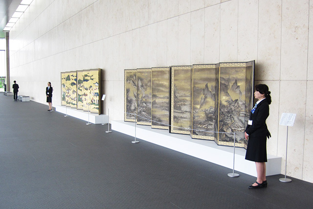 The screens displayed in the Grand Lobby of the Heisei Chishinkan Wing